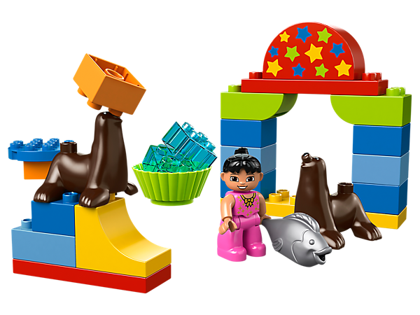 Join the LEGO® DUPLO® Circus Show and train the amazing sea lions to balance bricks on the tips of their noses!