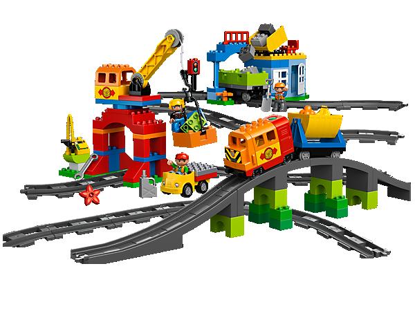 L'ensemble Mon train de luxe LEGO® DUPLO® comprend un train moderne avec des effets sonores, 2 wagons, un camion, une grue qui fonctionne, une gare, une pompe et plus encore !
