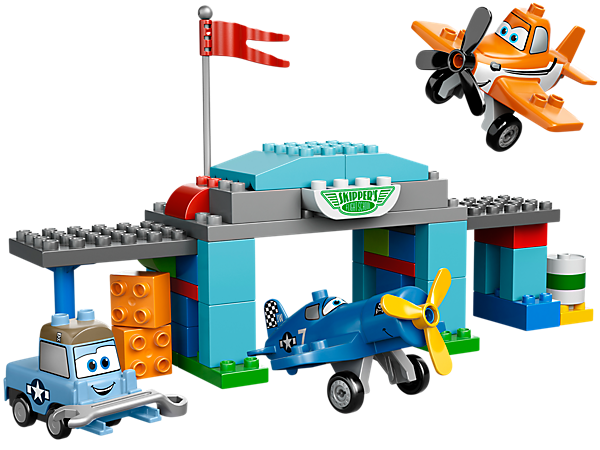 Teach Dusty to fly at Skipper's Flight School with this Disney Planes™ set from LEGO® DUPLO® featuring a hangar and decorated DUPLO bricks!