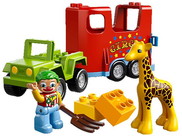 Hilf dem Clown dabei, das Giraffenbaby in den Zirkustransporter zu laden! Mit dekoriertem Anhänger, Heugabel und verschiedenen Steinen!