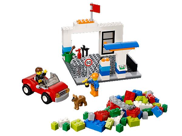 Ab sofort kannst du den LEGO® Bauspaß immer dabei haben. Der Blaue LEGO® Koffer mit den coolen Tankstellen-Elementen lässt sich problemlos transportieren!