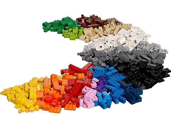 Alimentez l'imagination de votre enfant avec ce cube de construction créative de 600 briques LEGO® plein de formes originales et de briques colorées.