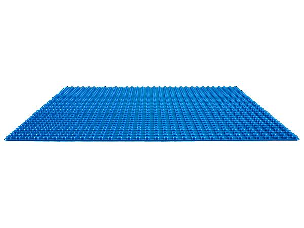 Crée une ville en bord de mer, une piscine ensoleillée ou tout ce que tu peux imaginer au moyen de cette plaque de base bleue de 32x32 tenons, le point de départ idéal pour tes créations LEGO®.