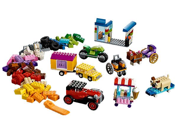 Objev svět plný koleček s touto LEGO® Classic sadou, která obsahuje spoustu kol a pneumatik, a navíc také výběr LEGO® kostek, včetně očí a spousty dalších dílků nejrůznějších tvarů.