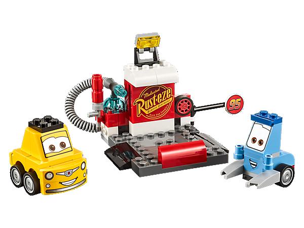 ¡Diviértete en el Puesto de reparación de Guido y Luigi, de Disney•Pixar Cars 3! Cuenta con una manguera de aire, una lata de combustible y una rueda de repuesto; incluye también dos coches LEGO® Juniors de fácil construcción.