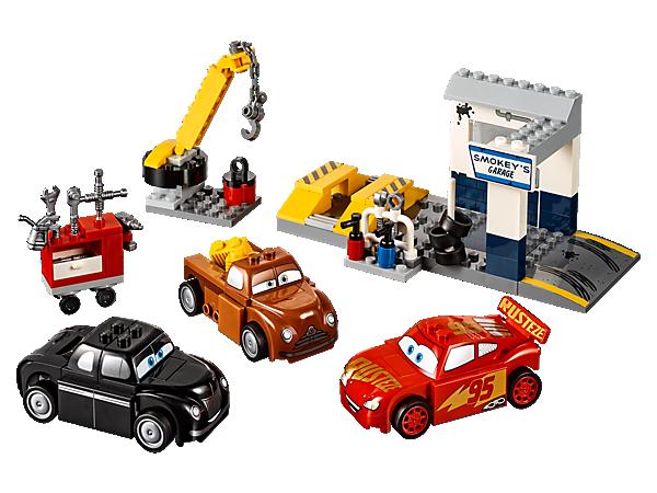 Hilf bei der Reparatur von Disney•Pixars Lightning McQueen. Das Set enthält eine Werkstatt mit Rampen, beweglichem Kran, Ersatzreifen und verschiedenen Werkzeugen. Enthält drei einfach zu bauende LEGO® Juniors Autos.