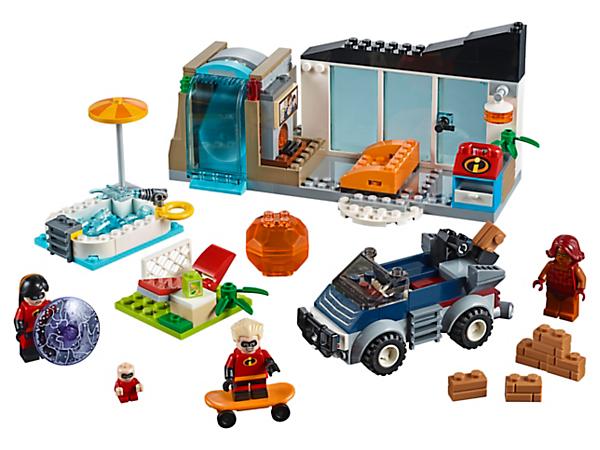 Stürze dich mit den Kindern der Superhelden-Familie in den Kampf gegen Brick – mit dem Set Die große Flucht. Das Set enthält eine Wand, einen Wasserfall, einen Katapultsessel, ein Auto mit herausnehmbarem Katapult, 3 Minifiguren und eine Baby-Figur.