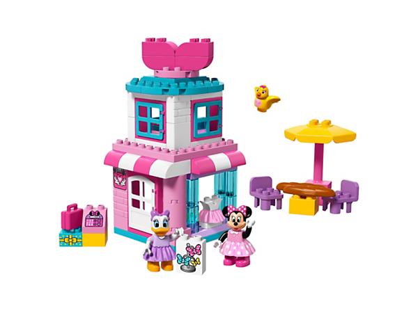 Dit barn vil elske at bygge og lege butik i Disney sættet Minnie Mouse sløjfebutik med kasseapparat, udendørs bord og stole, soveværelse på førstesalen og to LEGO® DUPLO® figurer.