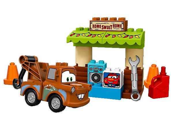 Kindern gefällt es sehr, in Disney•Pixar Hook's Schuppen Videoanrufe zu führen. Das Set enthält eine verzierte Markise, einen Stein, der als Computer bedruckt ist, sowie einen baubaren Hook mit Haken.