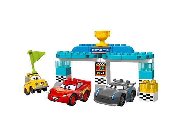 Helfen Sie Ihrem Kind beim Rennen um den Piston Cup. Dieses Set enthält die baubaren Disney•Pixar Autos Lightning McQueen, Jackson Storm und Luigi sowie einen Starttorbogen für das Rennfinale.
