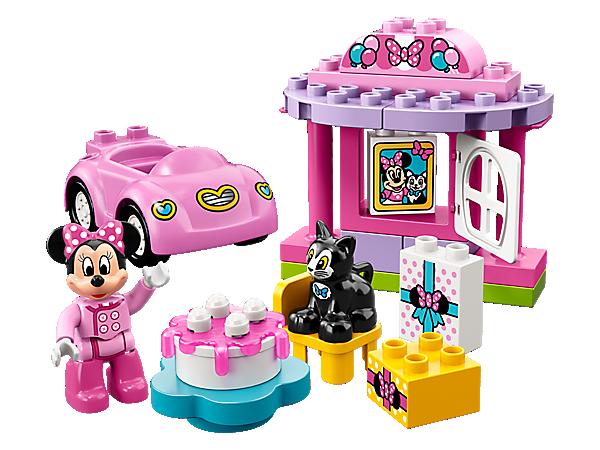 ¡Disfruta de diversión sin límites en la Fiesta de Cumpleaños de Minnie, el personaje de Disney! Contiene el lugar de la fiesta, un divertido coche rosa, una tarta para construir, ladrillos decorados como regalos, una figura LEGO® DUPLO® y una figura de un gato.