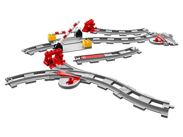 Dieses LEGO® DUPLO® Set enthält zusätzliche Eisenbahnelemente, zum Beispiel Prellböcke, Weichen und Bahnübergänge, sowie einen roten Funktionsstein, der jeden kompatiblen DUPLO Zug auf den Schienen anhalten lässt.