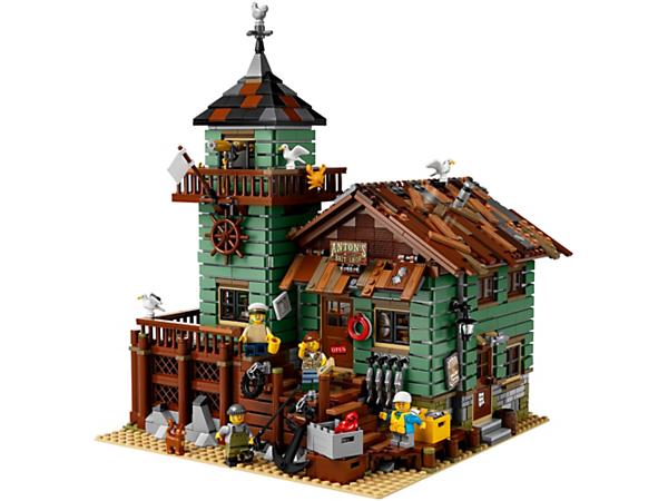 ¡Haz una parada en la Antigua tienda de pesca! Cuenta con un establecimiento repleto de artículos de pesca y una torre vigía con mirador y oficina, así como 4 minifiguras y figuras de un gato y gaviotas.