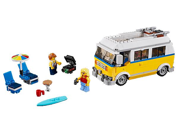 Vydej se na pobřeží se Surfařskou dodávkou Sunshine 3 v 1, která obsahuje detailní interiér, surf, slunečník, gril a skládací nábytek. Lze přestavět na záchranářskou věž nebo plážovou buginu.