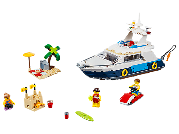 """Stich mit dem 3in1-Set """"Abenteuer auf der Yacht"""" in See. Es enthält eine Luxusyacht mit detailreicher Kabine und Toilette sowie eine Strandkulisse, ein Surfbrett und ein Wassermotorrad. Lässt sich in ein Strandhaus oder einen Hubschrauber umbauen."""