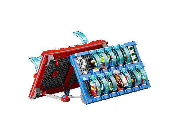 Stil spørgsmål for at gætte din modspillers LEGO® minifigur eller minibyggeri. Brug de 16 medfølgende minifigurer – eller dine egne!