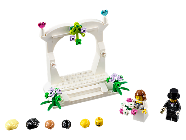 Delight your guests with this buildable wedding favor set, featuring a minifigure bride and groom, bouquet and ring, plus a wedding arch decorated with flower and heart elements.