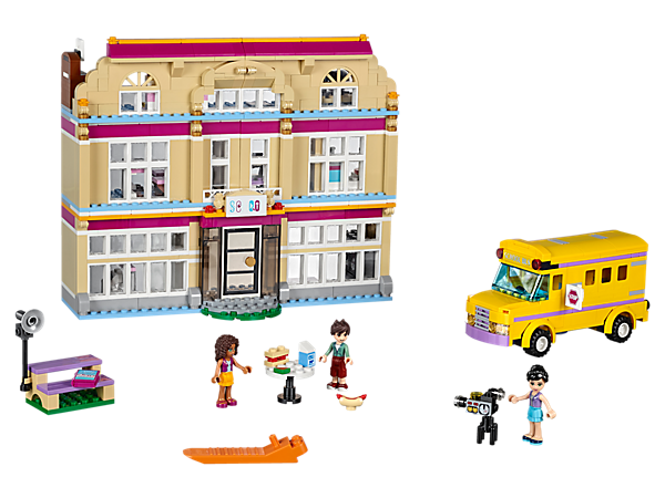 With a studio, classroom, editing suite, locker room, and its own school bus, this is where Heartlake's future stars train in the performing arts. Includes 3 mini-dolls.