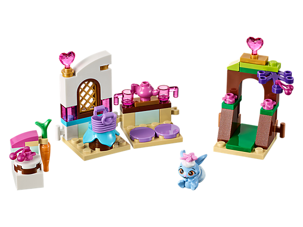 <p>Berry's Kitchen comes with a special tree gate, cake, a table and stools. It's perfect to have Palace Pets friends round for tea!</p>