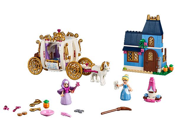 """¡Acude al baile en el carruaje de """"La cenicienta"""" de Disney! Incluye techo desmontable y un caballo para tirar de él. También puedes interpretar tus escenas favoritas en su casa con las dos minimuñecas."""
