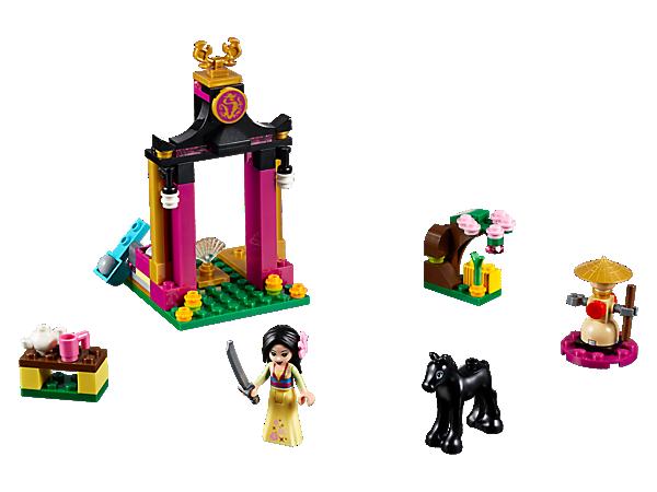 Trainiere mit Mulan und ihrem Fohlen Khan, um sie auf künftige Herausforderungen vorzubereiten. Das Set enthält eine Trainingspuppe, ein Katapult mit Felsbrocken, Zubehör für eine Teezeremonie und einen blühenden Kirschbaum.
