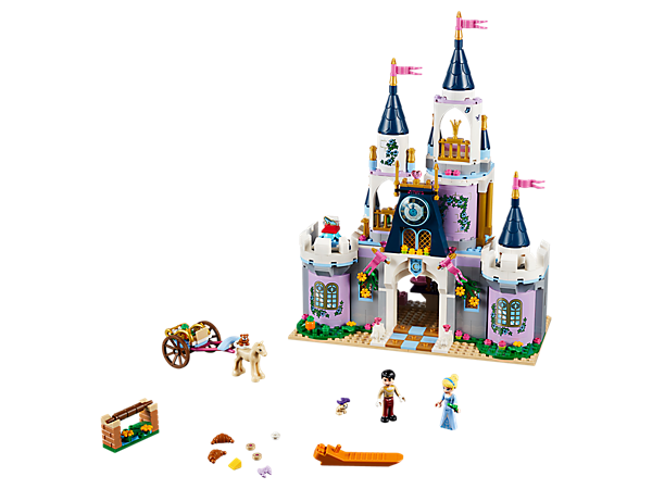 Erkunde alle Zimmer und entdecke die geheimen Verstecke in Cinderellas Traumschloss. Dort gibt es einen großen Speisesaal, ein Prinzessinnenbett und eine drehende Tanzfläche. Zum Set gehören auch noch ein Pferd und ein Wagen.