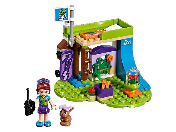 Trénuj triky na skateboardu s Miou a jejím králíčkem na rampě v její ložnici, ve které najdeš postel ve stylu domečku na stromě, domek pro králíčka, sportovní vybavení a vysílačku.