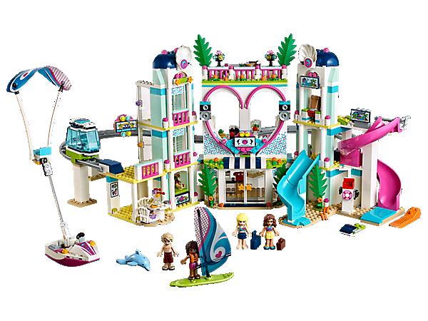 Hav det sprøjtende sjovt i LEGO® Friends Heartlake feriecenter, der indeholder et hotel med 2 værelser, monorail, vandland med 2 rutsjebaner og et strandområde med vandscooter og parasailer.