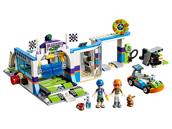 Take Mia's go-kart to the Spinning Brushes Car Wash for a good clean up after the race, with turning giant brush, gas pump, shop, go-kart, go-kart launcher and 2 mini-doll figures.