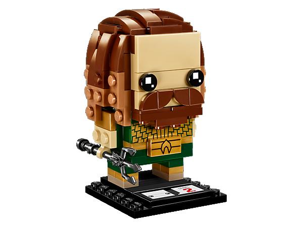 Baue Aquaman™ aus dem Film Justice League mit diesem lustigen baubaren LEGO® BrickHeadz Charakter mit seiner schuppenartigen Rüstung und dem abnehmbarem Dreizack plus Stellplatte nach.