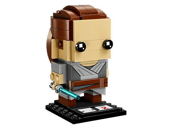 Postav si figurku Rey, kterou znáš ze senzačního filmu Star Wars: Poslední z Jediů, s touto sběratelskou sadou LEGO® BrickHeadz s kultovním pláštěm, odnímatelným světelným mečem a sběratelskou podložkou.