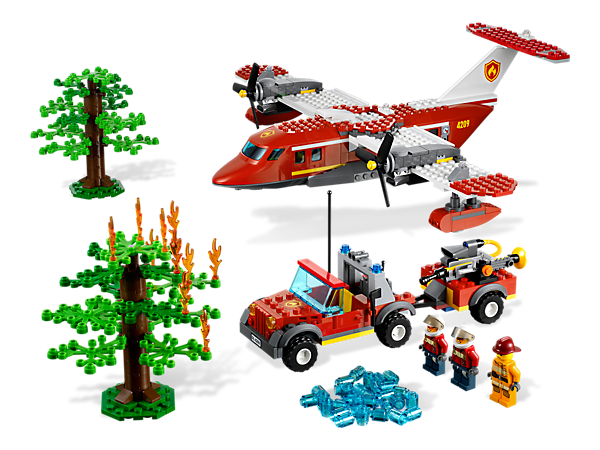 Get the LEGO® City forest fire under control from 2 angles with the rugged off-road fire truck and the Fire Plane's water release function!