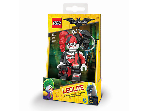 Never lose your way in the darkness with this Harley Quinn™ Key Light, featuring a large posable minifigure key chain with 2 bright LED lights and an auto shut-off switch.