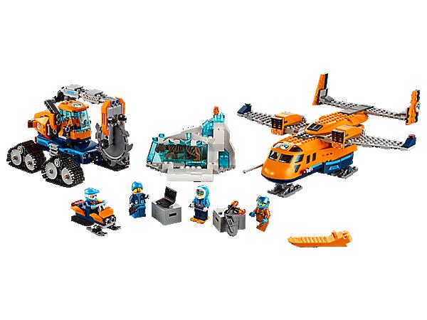 Benutze das Arktis-Versorgungsflugzeug, um die geheimnisvollen Funde aus der Arktis in die Stadt zu bringen. Das Set enthält außerdem eine Eisfräse mit beweglichem Sägearm, 4 Minifiguren und einen Säbelzahntiger als weitere Figur.