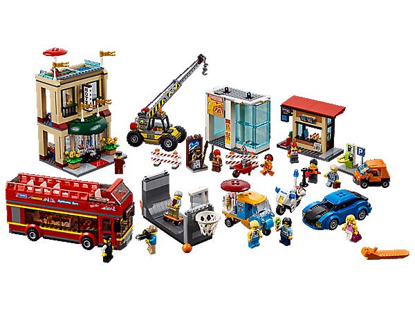 Mach eine Stadtrundfahrt durch das Zentrum der LEGO® City Hauptstadt. Dort gibt es ein zweigeschossiges Hotel, eine Museumsbaustelle, eine Imbissbude, eine Ladestation sowie eine Halfpipe mit Basketballkorb. Zum Set gehören außerdem 6 Fahrzeuge und 13 Minifiguren.