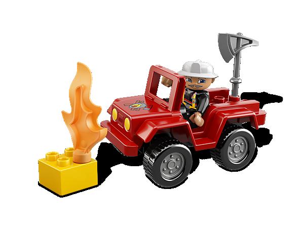Fahre mit dem coolen Fahrzeug des LEGO® DUPLO® Feuerwehr-Hauptmanns zum Einsatzort und lösche das Feuer!