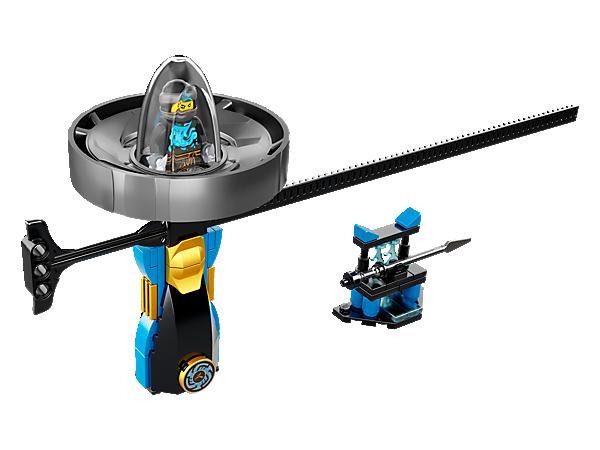 Spin dig til hæder og ære med spinnersættet Nya – Spinjitzu-mester med LEGO® håndtag, spinner med minifigurkapsel og træksnor samt våbenstativ og minifigur af Nya.