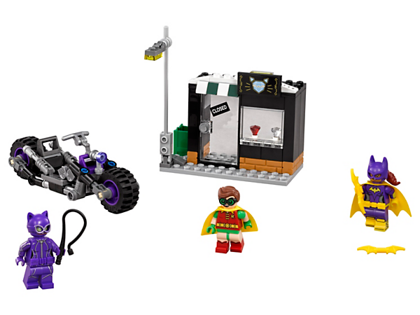 Foil Catwoman's jewel heist and bike getaway with Batgirl™ and Robin™. Includes Catcycle, jewelry store, tipping lamppost, two Batarangs, whip and three minifigures.