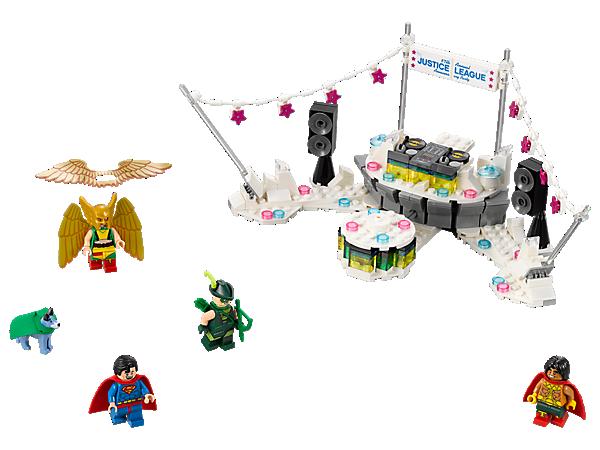 """Mit dem Set """"The Justice League™ Anniversary Party"""" kannst du in der Disco herumwirbeln. Es enthält eine rotierende Tanzfläche, ein DJ-Pult mit Plattentellern, Girlanden mit Wimpeln, 4 Minifiguren sowie Wonder Dog™ als zusätzliche Figur."""