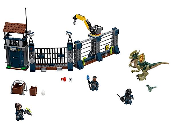 ¡Cuidado con el feroz Dilofosaurio! El set cuenta con una valla para el puesto de caza con funciones de explosión de la puerta y el muro, una grúa móvil con caja, 3 minifiguras y 2 figuras de dinosaurios.