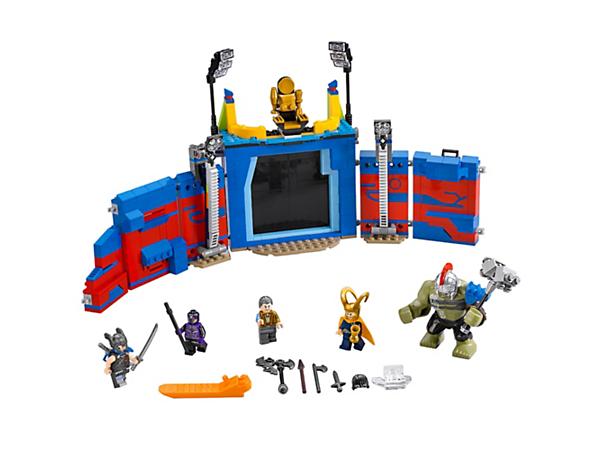 Lass Thor und Hulk in der Arena die Kräfte messen. In der Arena gibt es eine Schiebetür, ein geheimes Ausrüstungsregal, umstürzende Säulen und einen Thron, der umgeworfen werden kann.  Enthält 4 Minifiguren und Hulk als große Figur!