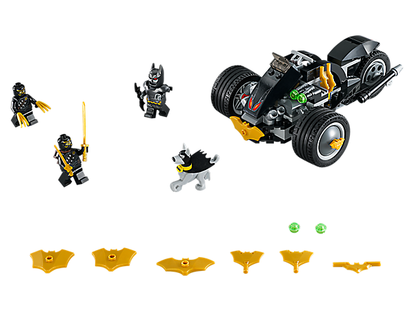 Kæmp mod snigmorderne Talon Assassins™ med Batmans dobbeltknopskydende motorcykel i sættet Batman™: The Attack of the Talons, der indeholder 3 minifigurer og en figur af Ace the Bat-Hound™.