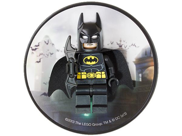장식용 자석 뒷판에 클래식한 망토와 배트수트가 붙어 있는 고담시의 영웅 배트맨™을 만나보세요!