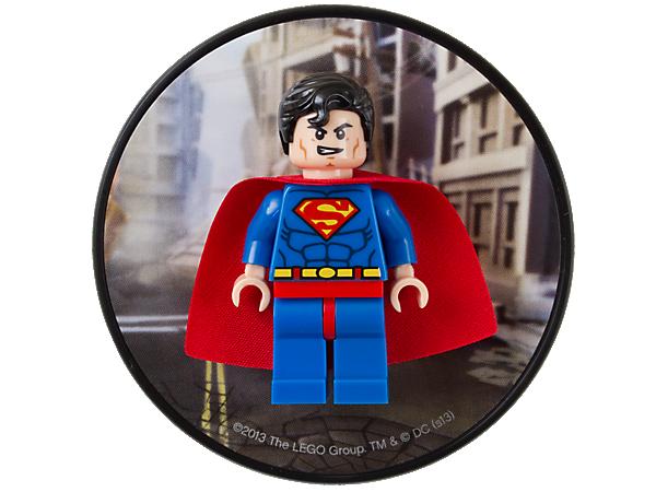 Collectionnez et exposez cette authentique figurine de Superman™, avec sa cape et son costume classiques, montée sur une plaque décorée et aimantée !
