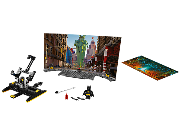 Show off your film-directing skills with this Batman™ Movie Maker Set, featuring a double-sided backdrop, buildable LEGO scenery, camera rig, assorted props and a Batman minifigure.