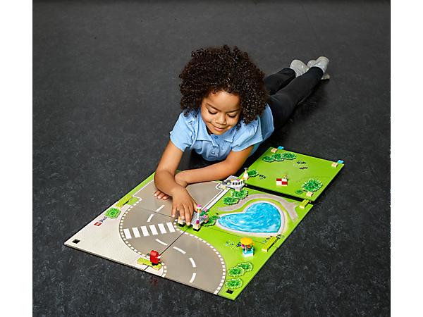 Präsentiere deine LEGO® Friends Sammlung auf dieser Heartlake City Spielmatte und denke dir jeden Tag neue Geschichten mit den Mädchen aus Heartlake City aus.